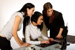 Bedrijfs vrouw die aan het scherm 2 samenwerkt Stock Afbeelding