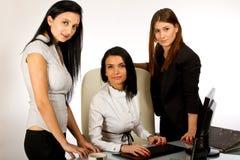 Bedrijfs vrouw die aan het scherm 3 samenwerkt Stock Foto