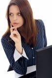 Bedrijfs vrouw die aan laptop over wit werkt Stock Fotografie