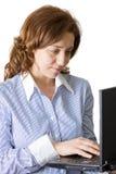 Bedrijfs vrouw die aan laptop werkt Royalty-vrije Stock Foto's
