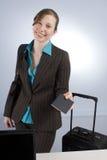 Bedrijfs Vrouw die bij Controle paspoort overhandigt Stock Foto's