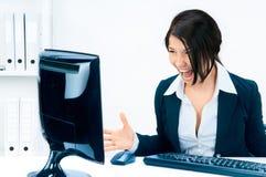 Bedrijfs vrouw die bij de monitor schreeuwt. Royalty-vrije Stock Foto's