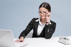 Bedrijfs vrouw die in bureau werkt stock afbeelding