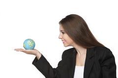 Bedrijfs vrouw die de aarde in haar hand bekijkt Royalty-vrije Stock Afbeelding