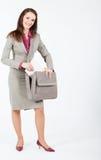 Bedrijfs vrouw die documenten van geval neemt Stock Fotografie