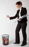 Bedrijfs vrouw die documenten werpt Royalty-vrije Stock Foto's