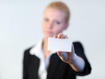 Bedrijfs vrouw die een adreskaartje standhoudt Stock Afbeelding
