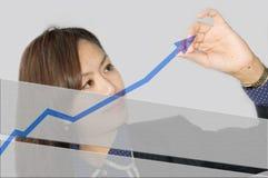 Bedrijfs vrouw die een grafiek trekt Stock Foto