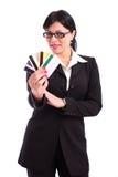 Bedrijfs vrouw die een paar adreskaartjes houdt Royalty-vrije Stock Fotografie