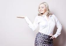 Bedrijfs vrouw die een product voorstelt Royalty-vrije Stock Afbeelding