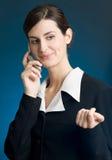 Bedrijfs vrouw die en mobiele telefoon glimlacht houdt Royalty-vrije Stock Foto's