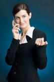 Bedrijfs vrouw die en mobiele telefoon glimlacht houdt Stock Foto's