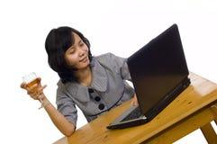 Bedrijfs Vrouw die Haar Succes met Wijn viert Stock Afbeelding