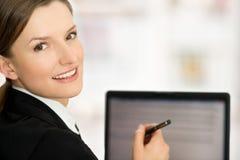 Bedrijfs vrouw die het lege laptop scherm klaar voor tekst tonen Royalty-vrije Stock Afbeeldingen