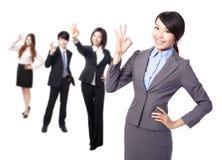 Bedrijfs vrouw die het o.k. teken maken Royalty-vrije Stock Afbeeldingen