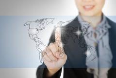 Bedrijfs vrouw die het scherm van de wereldkaart richt Stock Foto