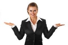 Bedrijfs vrouw die iets op lege handen voorstelt Stock Afbeeldingen