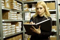 Bedrijfs Vrouw die inventaris doet stock afbeelding