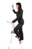 Bedrijfs vrouw die ladder beklimt Stock Foto