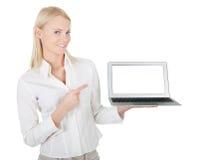 Bedrijfs vrouw die laptop voorstelt Royalty-vrije Stock Foto