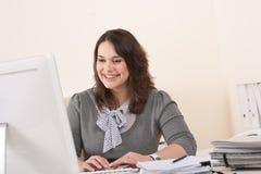 Bedrijfs vrouw die met computer op kantoor werkt Royalty-vrije Stock Foto's