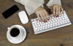 Bedrijfs Vrouw die met Computer werkt stock fotografie