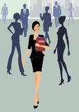 Bedrijfs vrouw die met documenten loopt Stock Foto's