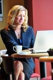 Bedrijfs vrouw die met laptop werkt Stock Fotografie