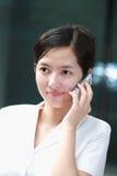 Bedrijfs vrouw die met mobiele telefoon werkt Royalty-vrije Stock Foto's