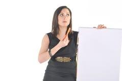 Bedrijfs Vrouw die met tikgrafiek in verwarring gebracht kijkt Stock Foto's