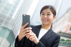 Bedrijfs vrouw die mobiele telefoon met behulp van Stock Afbeelding