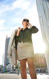 Bedrijfs vrouw die onderaan de straat loopt royalty-vrije stock afbeeldingen