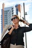 Bedrijfs vrouw die onderaan de straat loopt stock afbeelding