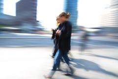 Bedrijfs vrouw die onderaan straat loopt stock foto's