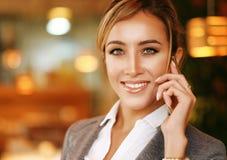 Bedrijfs vrouw die op de mobiele telefoon spreekt royalty-vrije stock afbeeldingen