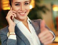 Bedrijfs vrouw die op de mobiele telefoon spreekt stock fotografie