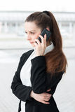 Bedrijfs vrouw die op de mobiele telefoon spreekt Stock Afbeeldingen