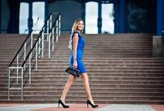 Bedrijfs vrouw die op de straat loopt Stock Foto