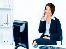 Bedrijfs vrouw die op de telefoon spreekt Royalty-vrije Stock Fotografie