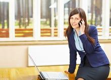 Bedrijfs vrouw die op telefoon spreekt royalty-vrije stock afbeelding