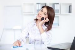 Bedrijfs vrouw die op telefoongesprek spreekt Stock Afbeeldingen