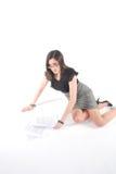 Bedrijfs Vrouw die opnemend documenten knielt Royalty-vrije Stock Foto's