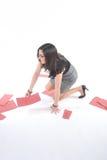 Bedrijfs Vrouw die opnemend dossiers knielt Stock Afbeelding
