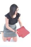 Bedrijfs Vrouw die opnemend dossiers knielt Stock Foto's
