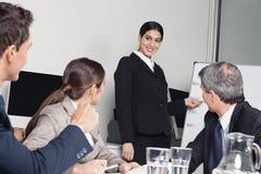 Bedrijfs vrouw die presentatie geeft Stock Foto