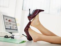 Bedrijfs vrouw die schoenen opstijgt Stock Foto