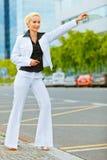Bedrijfs vrouw die taxi haalt dichtbij bureaucentrum Royalty-vrije Stock Foto's