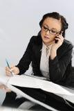 Bedrijfs vrouw die telefonisch spreekt Stock Afbeelding