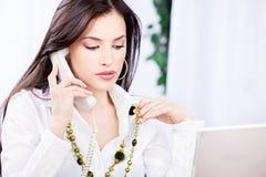 Bedrijfs vrouw die telefoongesprek doet Stock Foto