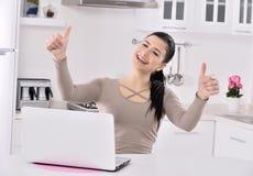 Bedrijfs vrouw die thuis werkt Stock Fotografie